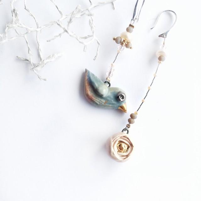 Spalvotas paukštukas ir jo švelni roželė